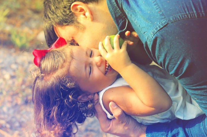 Essere genitori perfetti è davvero difficile: la ricerca e i consigli