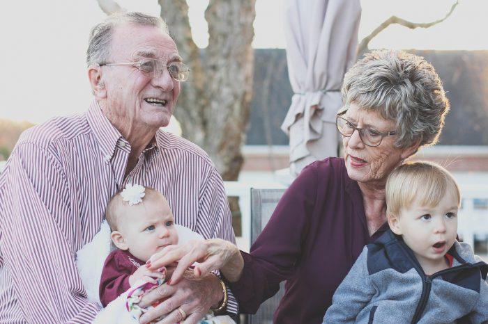 Nonni, prendersi cura dei nipoti allunga la vita